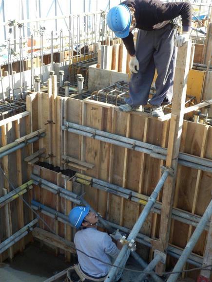 指導を受けながら東京都内の建設現場で働くベトナム人研修生(下)