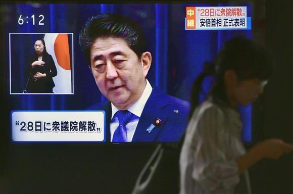 衆院解散を表明した安倍晋三首相の記者会見を伝える街頭テレビ=9月25日午後、東京・有楽町