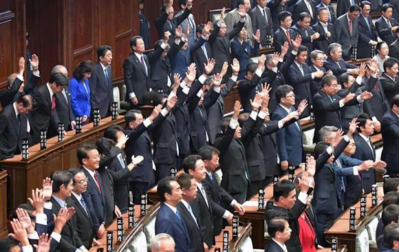 衆議院が解散され、万歳する議員と安倍晋三首相(奥中央)=9月28日(斎藤良雄撮影)