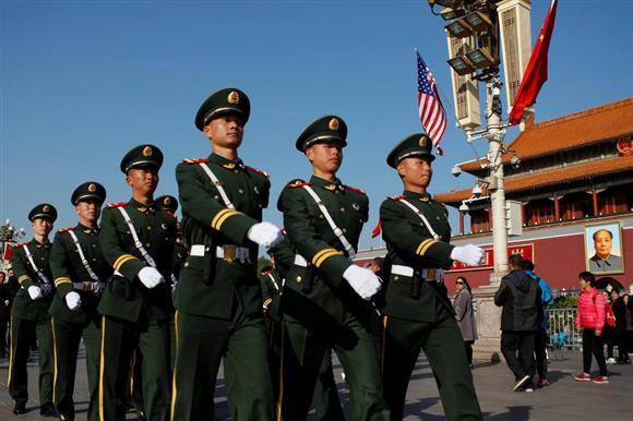 トランプ米大統領の訪中を前に北京市内では人民武装警察部隊の隊員らが厳重警備態勢を敷いた=11月8日(ロイター)