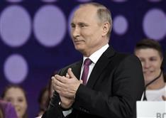 出馬宣言したプーチン大統領の「ぎこちない」笑顔