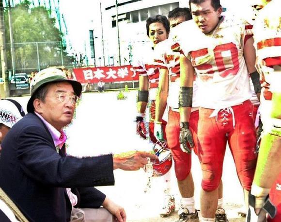 2001年6月、日大アメフト部の篠竹幹夫監督(左)
