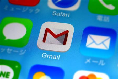 スマートフォンの画面に表示されたGmailなどのアイコン。スマホの普及はGmailや無料メッセージアプリの利用拡大を後押しした。将来的には携帯電話会社が提供する「キャリアメール」が姿を消すとみる識者もいる。