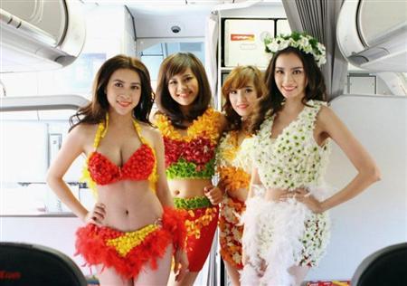 """ベトジェットエアが新路線就航祝いに飛行中の機内でビキニの水着姿での""""ファッションショー""""を実施。一昨年の夏も実施して無許可を理由に当局から罰金を科された。"""