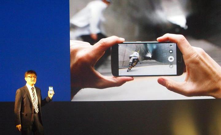 発表会でスマートフォン「ギャラクシー」の新製品をアピールするサムスン電子ジャパンの阿部崇・営業グループ部長=8日、東京・日本橋(高橋寛次撮影)