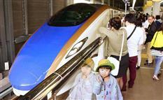 「北口に出られない!」混雑、不便、人手不足…北陸新幹線に難題