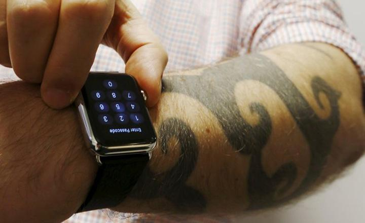 米アップルが4月24日に発売開始した腕時計型端末「アップルウオッチ」=2015年4月30日、オーストラリア・シドニー(ロイター)