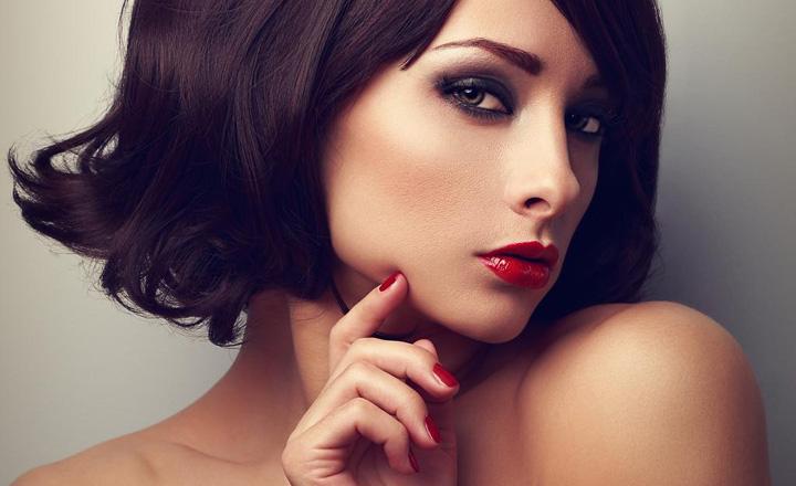 赤茶眉女性