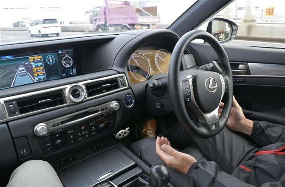 トヨタ自動車が報道関係者に実演公開した「自動運転車」の車内=6日午後、東京都内