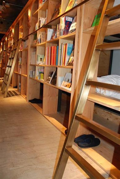 ふかふかなマットレスも無ければ、低反発の枕、羽毛の布団も置かないなど、あえて寝心地の良い環境づくりはしていない。「BOOK SHELF」タイプのベッドへは、本棚に掛けられたハシゴをのぼって…。本棚の前は人が行き交うため、集中して読みたい人には「BUNK」タイプがおすすめかも?