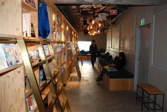 広さは約140平方メートルとコンパクトな空間。木材を多用し、入った瞬間に心地よい木の香りが広がる。図書館のようにシーンと静まり返った空間ではなく、ほどよいBGMが流れる