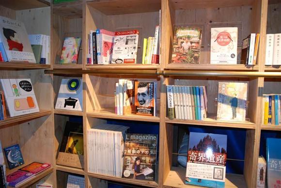室内には高さ2.3メートル、幅13メートルの本棚が設置されている。「ドラえもん」などのマンガや写真集、旅行ガイドから、夏目漱石の「こころ」など小説、数学本まで幅広くそろう