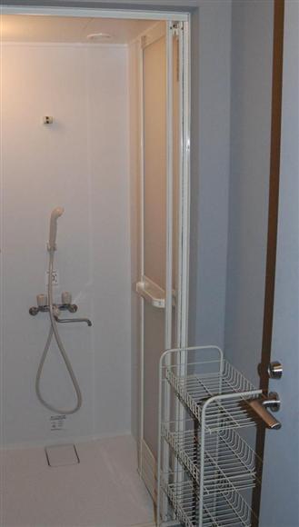 シャワールームとその前にある洗面台は男女共用。24時間いつでも使うことができる