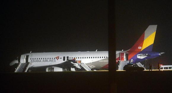 広島空港で着陸直後に滑走路から外れて停止したアシアナ航空機。韓国の航空会社には「安全」と「定時運航」が求められる=2015年5月15日午前0時45分、広島県三原市(安元雄太撮影)