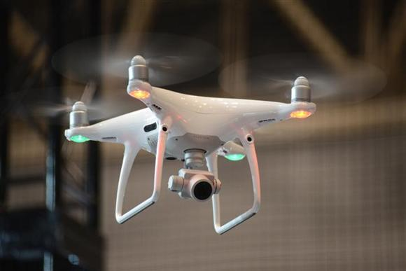 DJIの代表的なドローン「PHANTOM4」 人物を追跡しながら自動撮影する「アクティブトラックモード」など様々な機能を搭載している