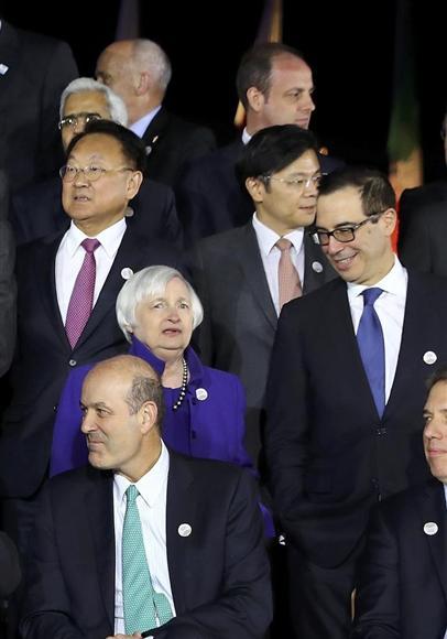 G20財務相会合の記念撮影を終えた柳一鎬副首相(中央左)とムニューシン米財務長官(同右)=ロイター