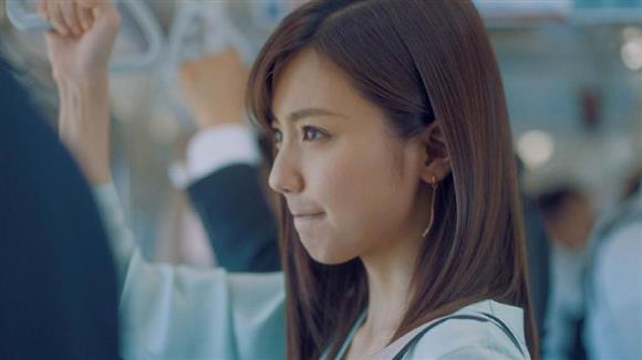 おすまし顔のサラ子(真野恵理菜)さんだが、通勤電車でもシェイプアップのためにつま先立ち