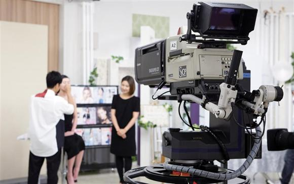ショップチャンネルのスタジオ。24時間365日生放送で商品を紹介する