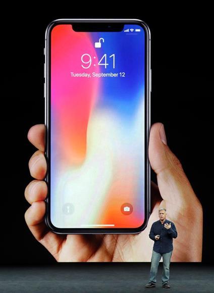 米アップルが発表した新型「iPhoneX」=12日、米カリフォルニア州クパチーノ(AP)