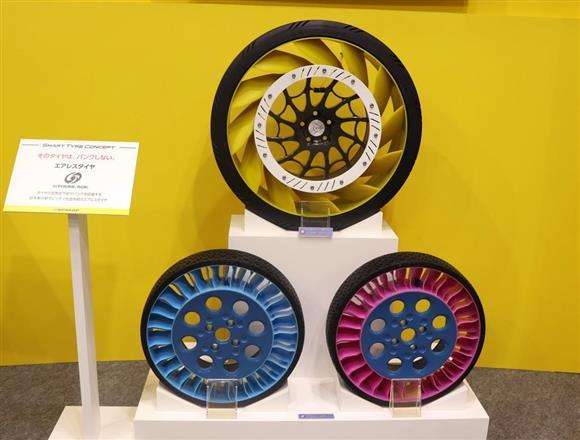 東京モーターショーに展示した空気不要の「エアレスタイヤ」。住友ゴム工業はタイヤの革新に向けた技術開発を進める=東京都江東区