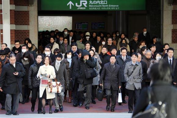 通勤する人々=東京駅丸の内北口(鈴木健児撮影)