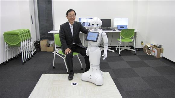 ペッパーに独自の顔認識AIを搭載した接客・警備ロボットと会話して ...