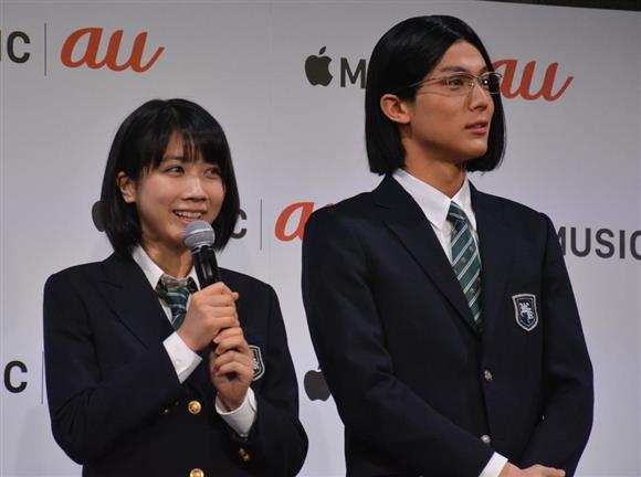 CM発表会に登壇した俳優の中川大志さん(右)と松本