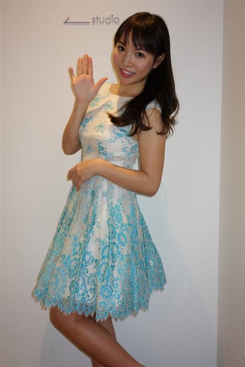 ミニスカート姿の小塚桃子さん