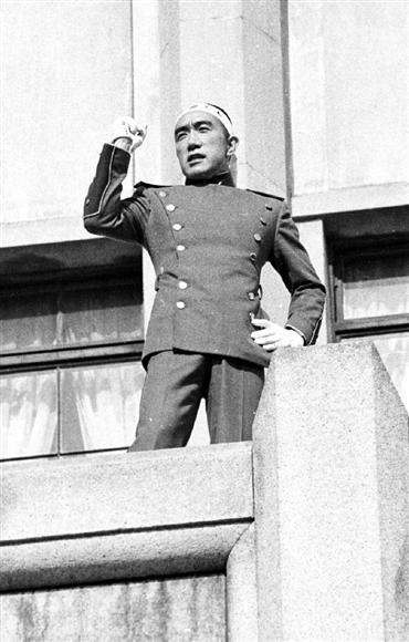 「楯の会」の隊員と共に市ケ谷の自衛隊駐屯地に乱入、割腹自殺する前にバルコニーで演説する三島由紀夫=1970年11月25日