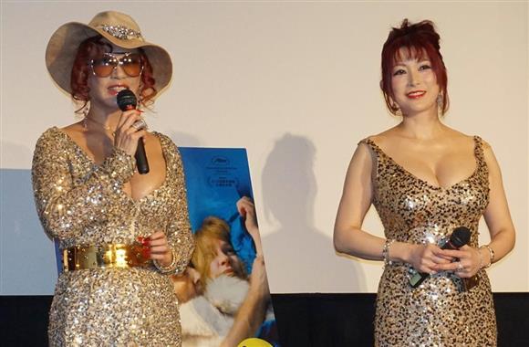 映画「モン・ロワ 愛を巡るそれぞれの理由」の公開記念イベントにゲスト出演した叶姉妹の左から叶恭子、叶美香