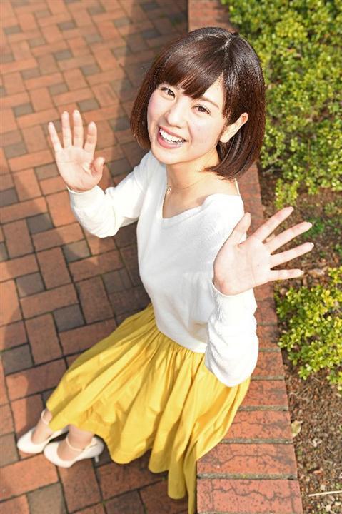 曽田麻衣子白いセーターを着てにっこり見上げる画像