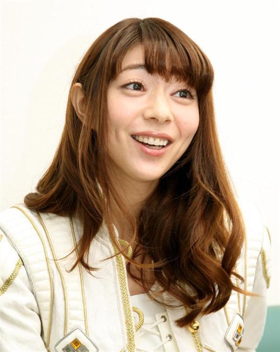 笑顔で話をしている芳賀優里亜