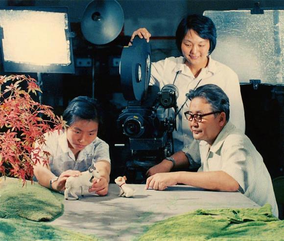 上海美術電影で「ミャオと鳴くのは誰?」(1979年)制作の指導をする持永只仁(右)(東京国立近代美術館フィルムセンター提供)