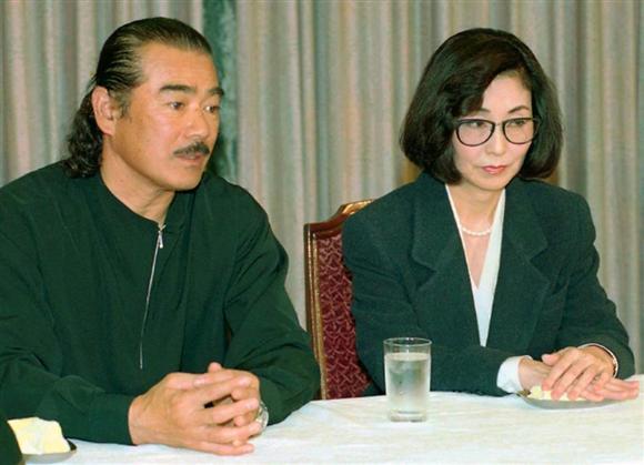 千葉真一(左)と離婚会見する野際さん=1994年2月