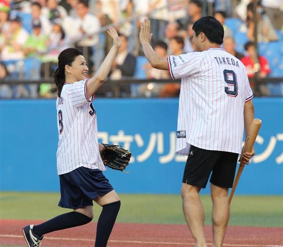 島崎和歌子がワンバン始球式 武田修宏が左翼線にはじき返す:イザ!