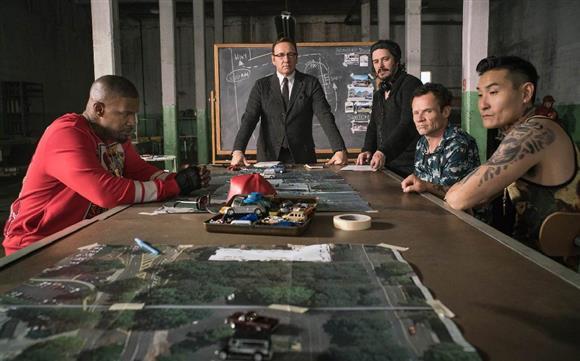 映画「ベイビー・ドライバー」で、出演者のジェイミー・フォックス(左端)、ケヴィン・スペイシー(左から2人目)らに演出するエドガー・ライト監督(同3人目)