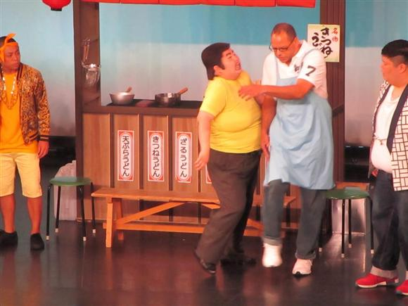 酒井藍のボディアタックを受けるジャボリ・ジェフ(右)