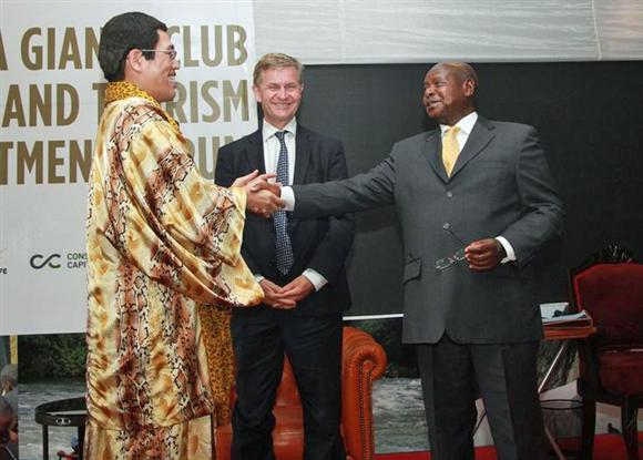 ウガンダ共和国観光大使の任命式に出席した左からピコ太郎、エリック・ソルヘイム、ヨウェリ・ムセベニ大統領=ウガンダ共和国