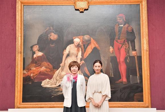 「怖い絵」展で展覧会ナビゲーターを務める吉田羊(右)と作家の中野京子さん