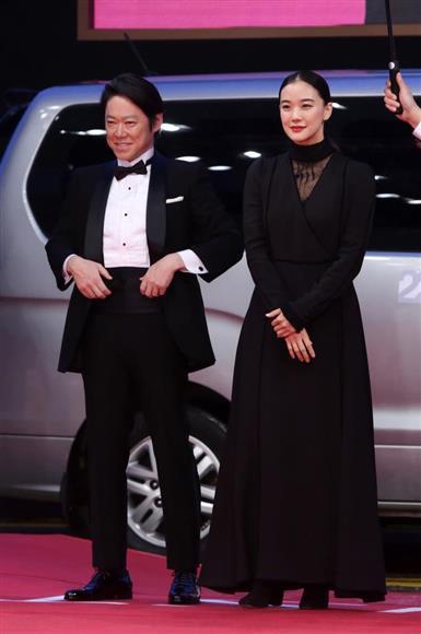 釜山国際映画祭のオープニングセレモニーに出席した阿部サダヲと蒼井優