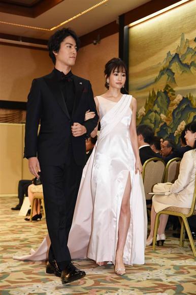 白のドレスを着た前田敦子