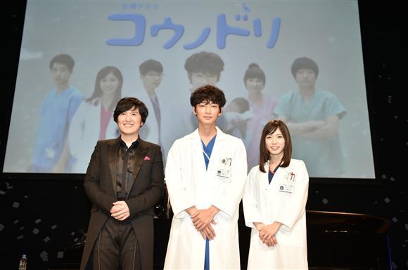 コンサートのシークレットゲストとして登壇した綾野剛(中央)と松岡茉優(右)