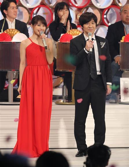 真っ赤なドレスでリハーサルに参加した有村架純(左)、右は内村光良