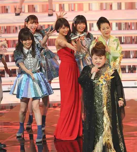 紅組司会の有村(中央)は、歌唱する天童(手前)のバックで関西出身の出場歌手と手拍子し、盛り上げ役としても大活躍=東京・渋谷区(撮影・長尾みなみ)