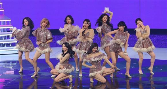 第68回NHK紅白歌合戦で熱唱するTWICE=31日午後、東京都渋谷区のNHKホール