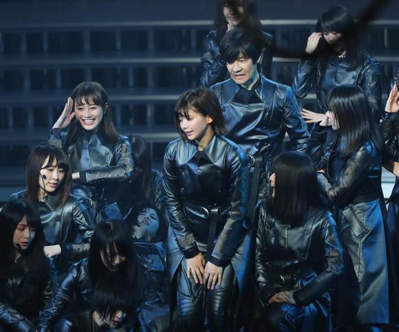 第68回NHK紅白歌合戦で、内村光良さんと欅坂46が一緒に歌唱したところ、メンバーの3人が過呼吸を起こすアクシデントが起きた=31日午後、東京都渋谷区のNHKホール(撮影・長尾みなみ)