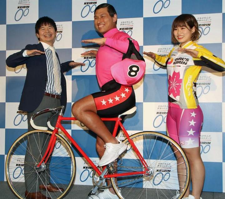 自転車に乗ってカスカスダンスをしているお笑いコンビ「オードリー」の画像