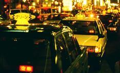 都心の異様な光景、これで改善?信号「青」も「進まぬタクシー」