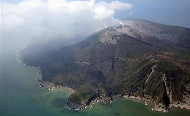 噴火した新岳の山頂付近=29日午後、鹿児島県の口永良部島(本社チャーターヘリから・鈴木健児撮影)