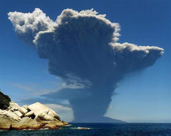 噴煙を上げる鹿児島・口永良部島=29日午前10時8分、鹿児島県屋久島町(水中写真家・高久至さん撮影)